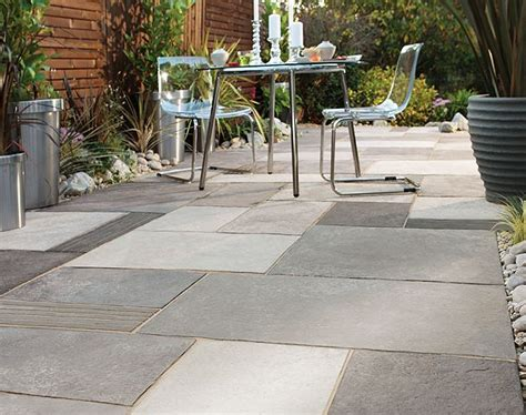 moderne terrassenfliesen concrete pavers with various finishes give this patio