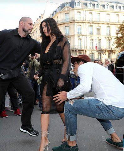 il sedere di fan cerca di baciare il sedere a le foto