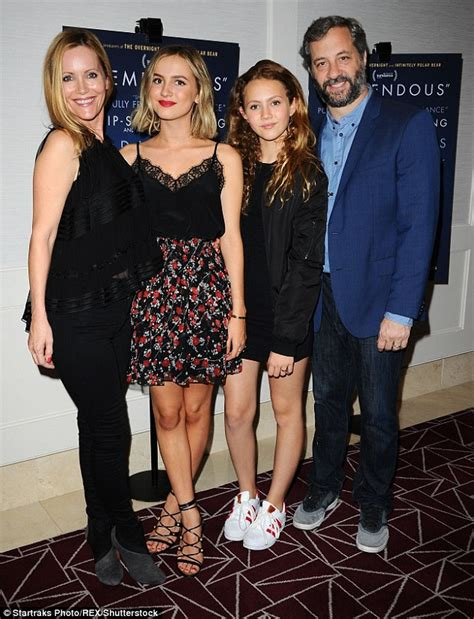 leslie mann daughter actress leslie mann reflects on her relationship with her