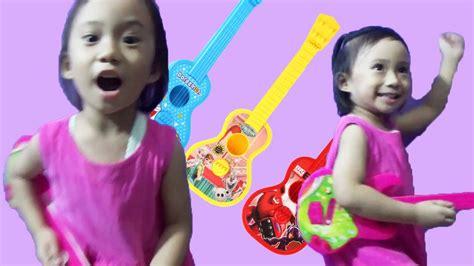 cara bermain gitar sambil bernyanyi mainan anak main gitar sambil bernyanyi lucu banget sing