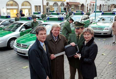 santander bank rüsselsheim innenminister volker bouffier nimmt 13 opel vectra f 252 r die polizei entgegen pressemitteilung