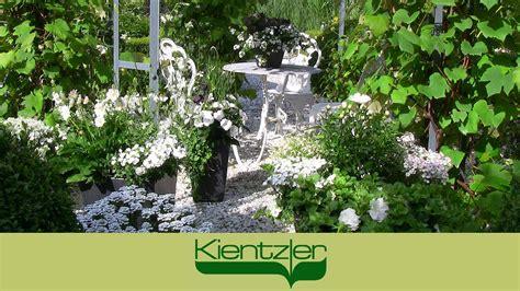 terrasse mit bl 252 henden pflanzen ideen mit wei 223 en