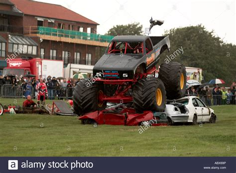 bigfoot 5 crushing monster trucks monster truck crushing cars bigfoot suv four by 4