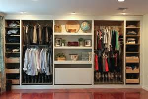 Cool built in closet ideas with dersser drawers 915x610