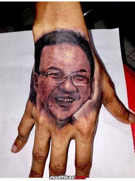 tato di punggung kanan penyanyi rap young lex tato wajah ahok di punggung tangan