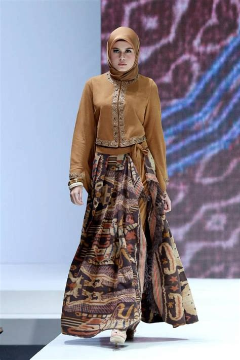 desain dress sasirangan ida royani quot west to east quot indonesia islamic fashion fair