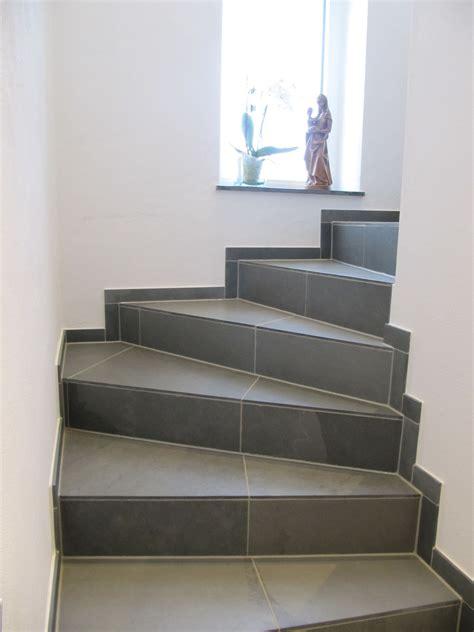 gewendelte treppe fliesen treppenstufen backes