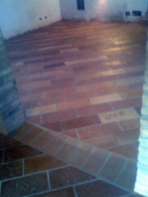 pavimenti in mattoni vecchi foto pavimento di mattoni vecchi fatti a mano de mediani