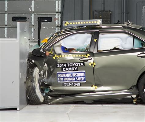 2014 toyota camry safety rating 2015 toyota camry earned top safety plus