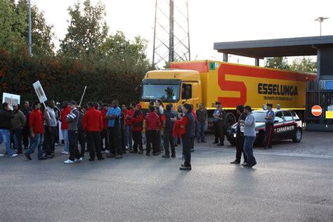 esselunga sede pioltello operai in sciopero al centro logistico della esselunga di