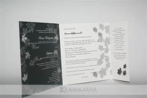 undangan pernikahan cetak warna hitam motif daun kanada