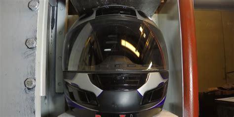 Cctv Untuk Helm mekanik ini menekan helm di bawah mesin press hidrolik
