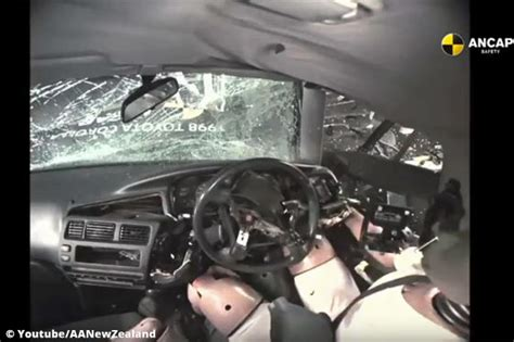Kindersitz Auto Unfall by Crashtest Unfall Im Auto Ohne Airbag Autobild De