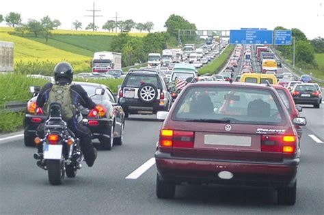 Motorrad Durch Stau Fahren by Motorrad Vorbeischieben Im Stau Wird Als Rechts 252 Berholen