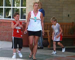 2014 britney spears smoking cigarettes britney spears smokes a crafty cigarette outside shopping