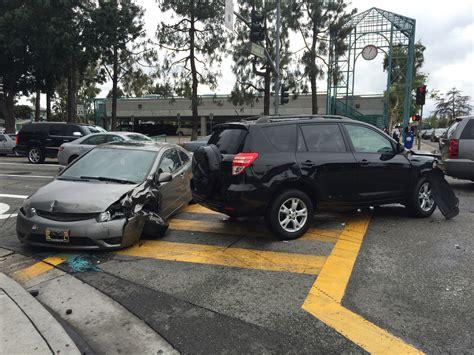 car crash in three cars damaged in on lemon the hornet