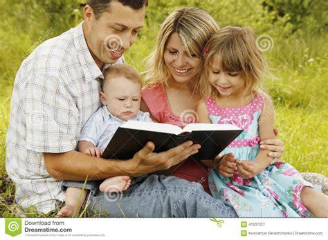 imagenes de la familia leyendo familia joven que lee la biblia en naturaleza imagen de