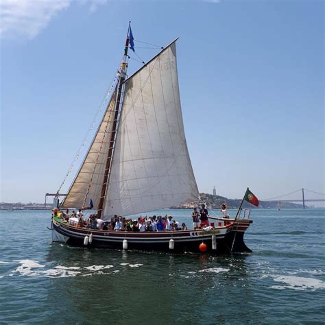 speedboot lissabon lisbon boat tour on a traditional boat seabookings