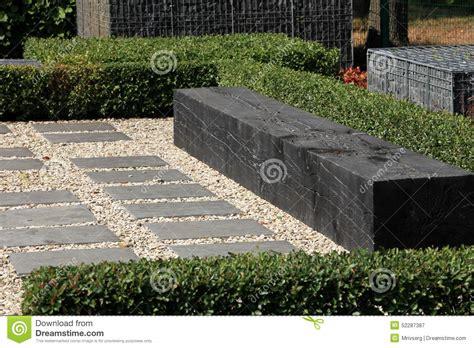 moderne gartenbank moderne gartenbank stockbild bild topiary sommer