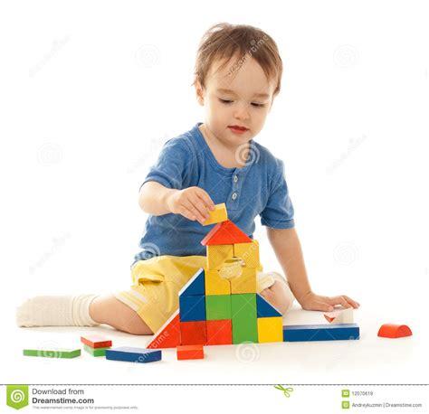 imagenes de niños jugando con sus juguetes el ni 241 o peque 241 o lindo est 225 jugando con los bloques