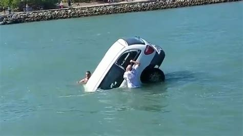 boat car sink heroic bystanders desperately try to rescue father and