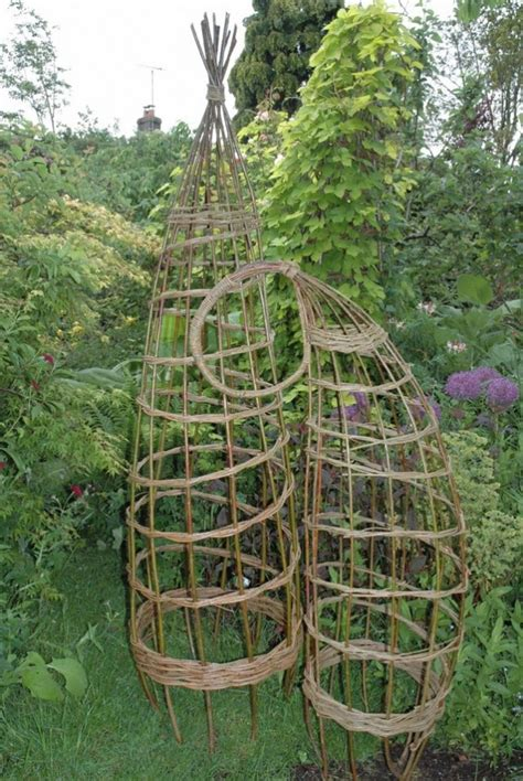 weiden gartenskulpturen kreative garten skulpturen aus weidenruten