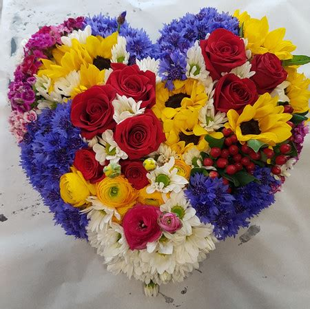 consegna fiori firenze cuore festoso composizione fiori cuore consegna fiori