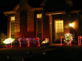 outside home christmas decorating ideas file christmas decoration outdoors jpg wikimedia commons