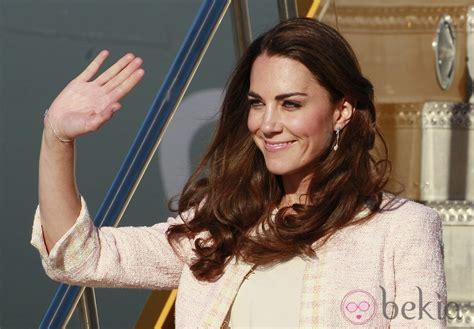 catalina su husband la duquesa catalina saluda a su llegada a prince edward