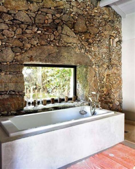 Supérieur Amenager Salle De Bain #8: decoration-murale-avec-mur-imitation-pierre-et-baignoire-blanche-dans-la-salle-de-bain-rustique.jpg