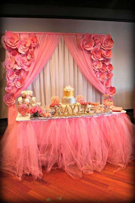 decoracion de mesa de postres acompanado  flores en colores rosas como organizar la casa