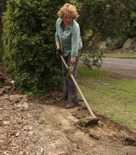 How To Hoe A Garden by Gardendrum Cstewart 1gabion Wall Using A Hoe To Make A