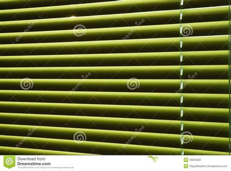 jaloezie patroon groene jaloezie met strepen van licht stock foto