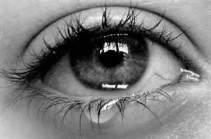 Gambar mata indah manusia sedang nangis