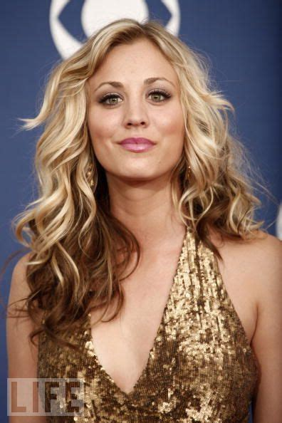 how does penny in big bang theory curl her hair kaley cuoco hairstyles hair world magazine