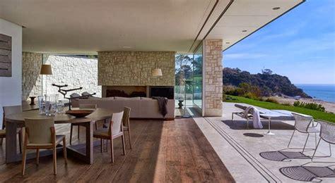 Fachada y diseño de casa moderna sobre acantilado frente