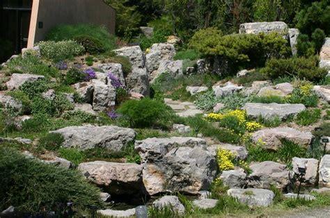 giardino in discesa progettare un giardino roccioso originale ed affascinante