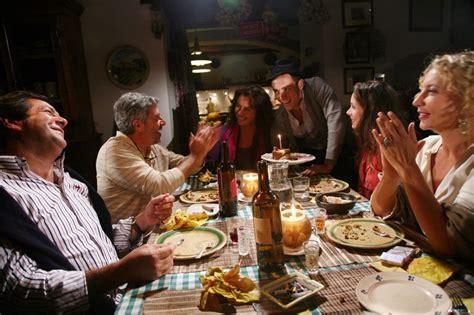 a tavola il cast de la gente a tavola si riconoscono