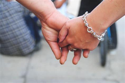 imagenes varias manos entrelazadas parejas 5 cosas duraderas para disfrutar de diferentes