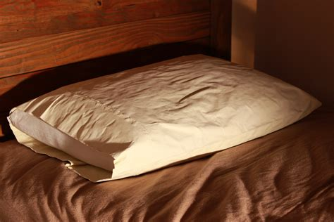 pillows on a bed file soft pillow on a comfortable bed jpg wikimedia commons