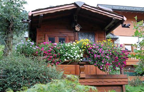 immagini di balconi fioriti foto l estate rimandata a settembre tempo di balconi
