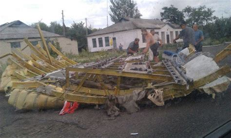 malaysia airlines mh 17 crash mh17 graphic pictures confirm flight mh17 has crashed