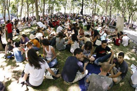 imagenes varias personas varias personas sentadas en el c 233 sped durante la
