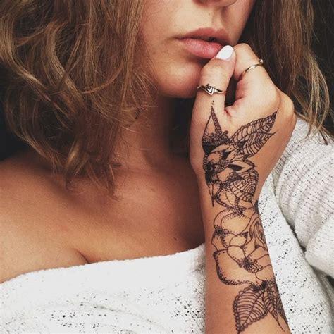tatuaggi fiori braccio tatuaggi femminili donna con un grande tatuaggio sul