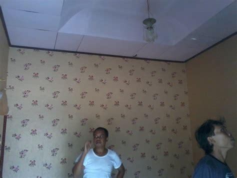 Wallpaper Dinding Korea Motif Polos Coklat Muda pemasangan wallpaper di dente indo lung rumah
