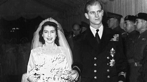 hochzeitskleid der queen queen elizabeth ii und prinz philip feiern ihren 65