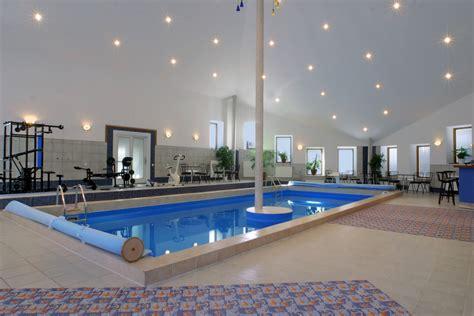 gimnasio moderno junto  piscina fotos   te