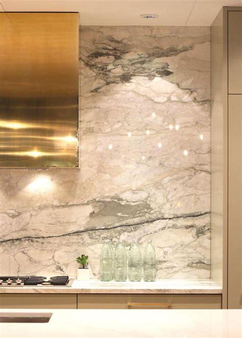 Preciosa  Ikea Mesita De Noche #7: Cocina-campana-dorada-y-pared-m%C3%A1rmol-blanco.jpg