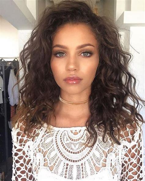 medium hair length big curl perm the 25 best shoulder length curly hairstyles ideas on