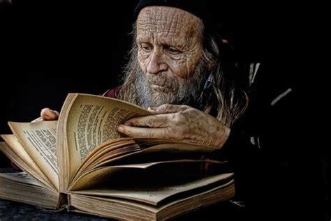 libro los ancianos de la anciano leyendo libro antiguo zen
